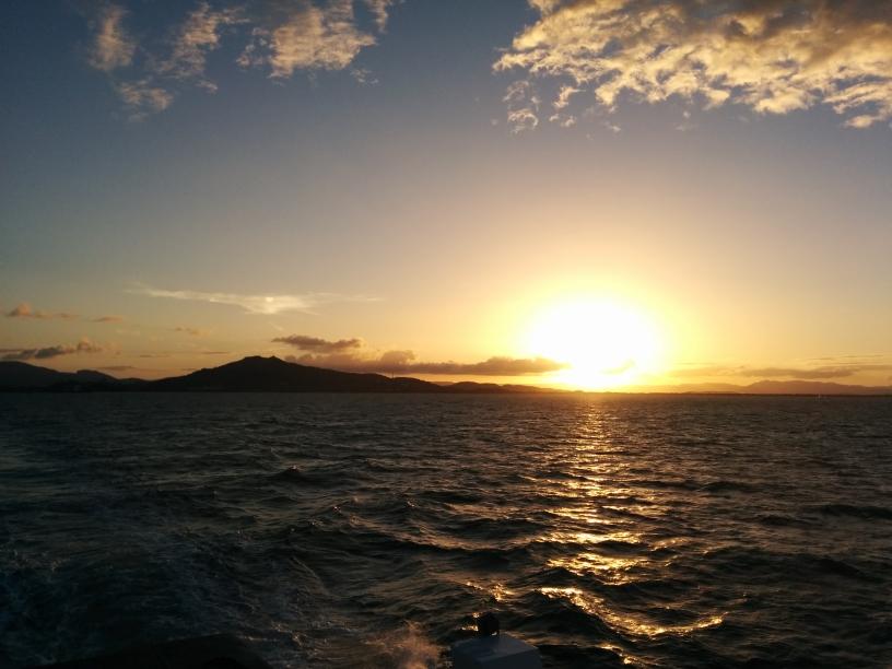 Coucher de soleil sur Townsville vu depuis le ferry de Magnetic Island, Queensland