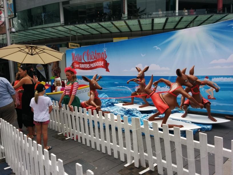 Le Père Noël, son elfe, son traîneau et ses.. kangourous? à Surfers Paradise (Gold Coast), Queensland