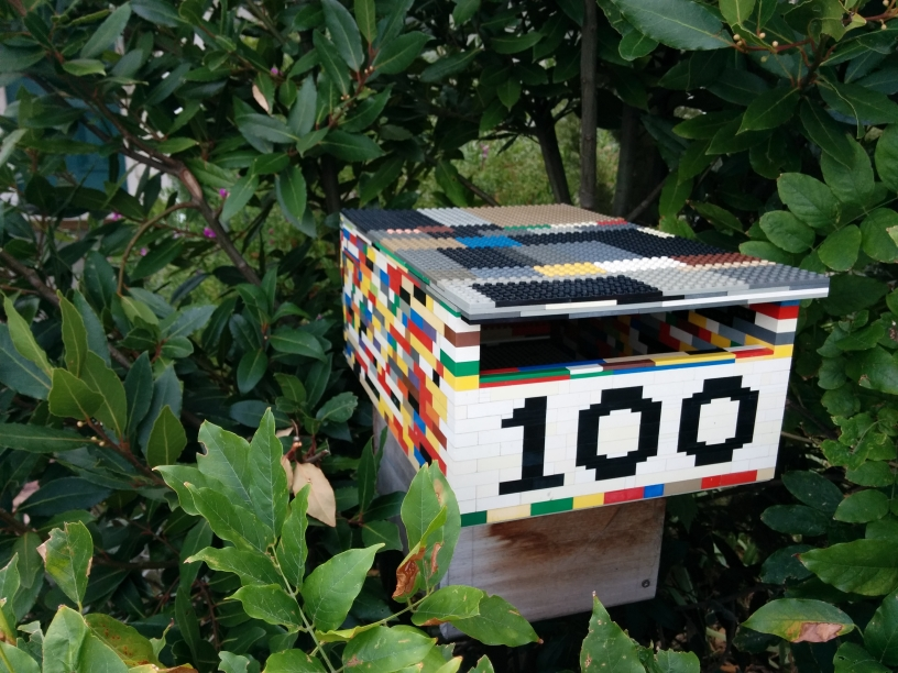 Une boîte aux lettres formée avec des legos