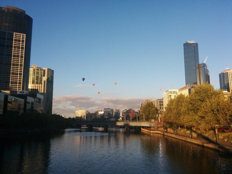 Mongolfières au-dessus de Melbourne au lever du soleil