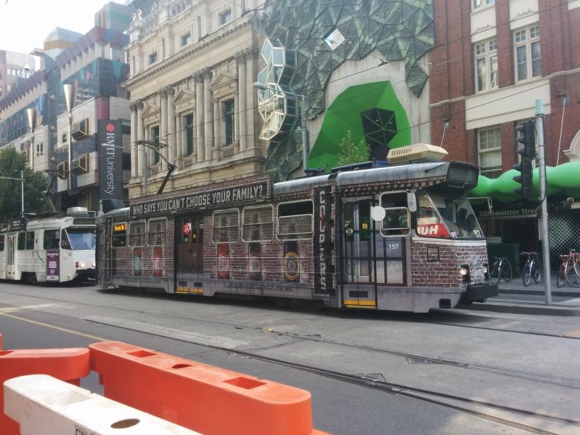 Tramway de Melbourne avec une pub pour la bière Coopers